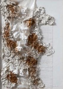 Angela Cacciamani – Plastica bianca combusta, oro e trucioli